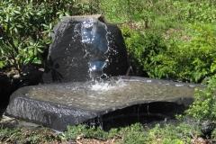 Säule mit Wasserbecken