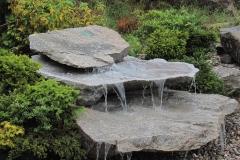 Wasserlauf über Felsplatten